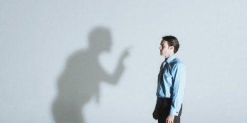 insan ve duvardaki gölge