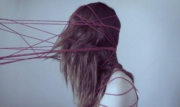 iplerle bağlanmış kız