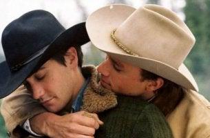 kovboy jack ve ennis sarılıyorlar