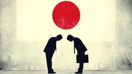japon bayrağı altında iki kişi
