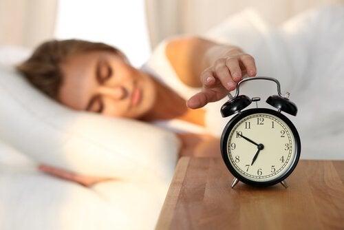 yatakta kadın alarmı kapatıyor