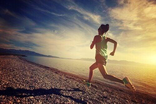 kadın sahilde koşuyor