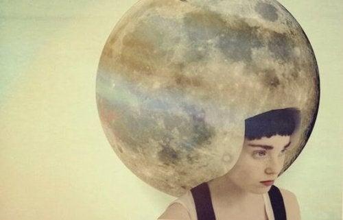 kafasında ay olan kadın