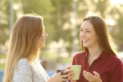 kahve içerken sohbet eden iki kadın