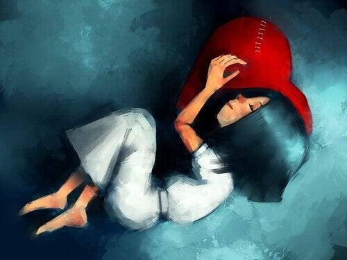 kalp şeklindeki yastıkla uyuyan kız