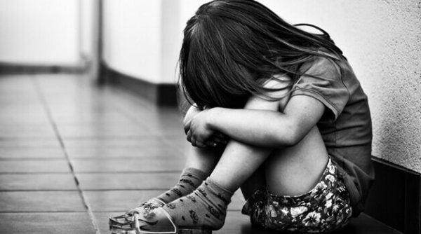 kapanmış ağlayan kız