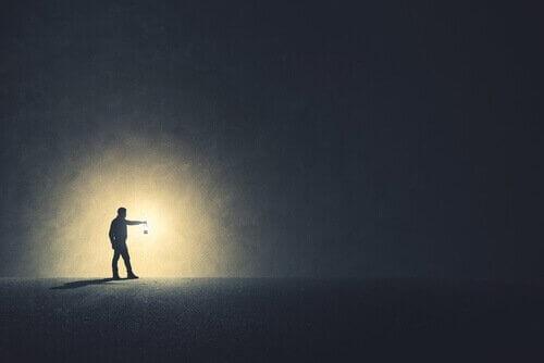 karanlığa ışık tutan adam