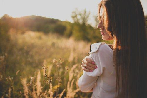 kendine sarılan ve kendini sevmeye başlayan kadın