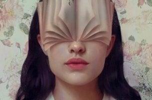 yüzünde kitap olan kadın