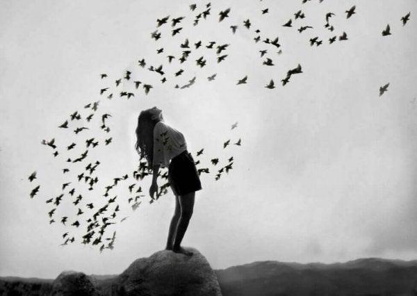 kuşları serbest bırakan kadın
