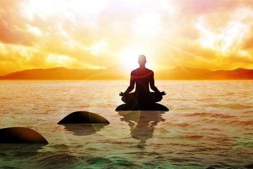 kayalar üzerinde meditasyon yapan adam