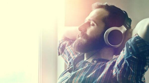 dinlendirici müzik dinleyen adam