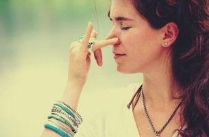 nefes alma pratiği yapan kadın