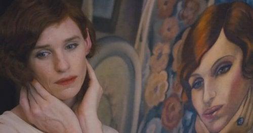 portresinin yanında kadın