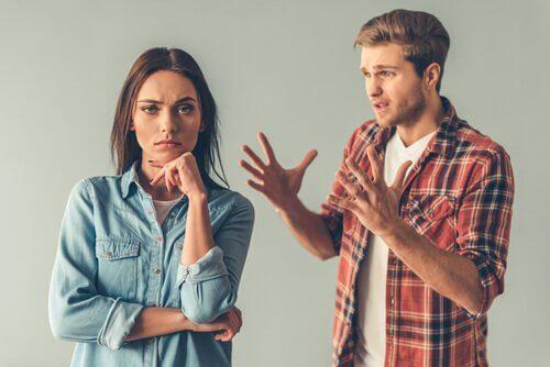 psikolojik manipülasyon teknikleri gaslighting bir kadın ve bir erkek tartışıyor