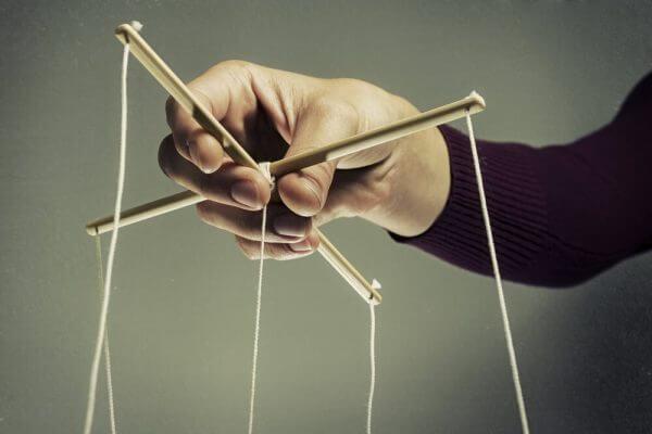 psikolojik manipülasyon teknikleri kukla oynatan adam