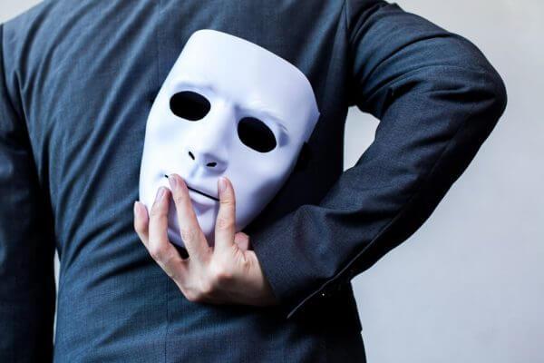 psikolojik manipülasyon teknikleri adam maske