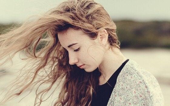 saçları uçuşan üzgün kız