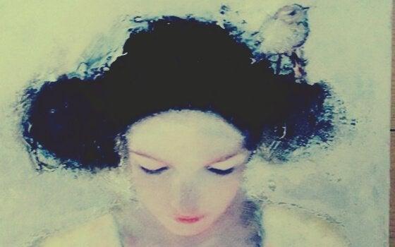 saçları suda olan kadın