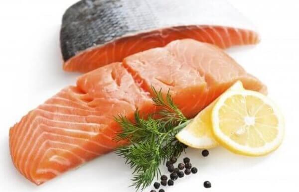 çiğ somon balığı yemeği