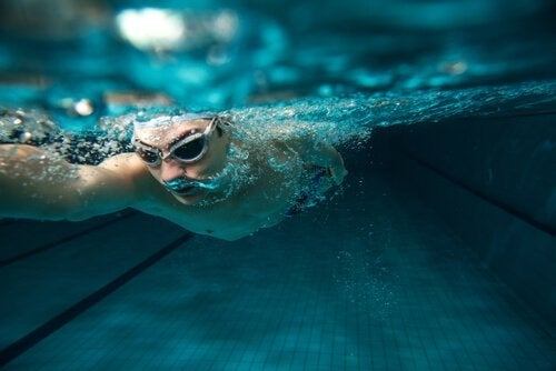 su-altında-yüzen-adam