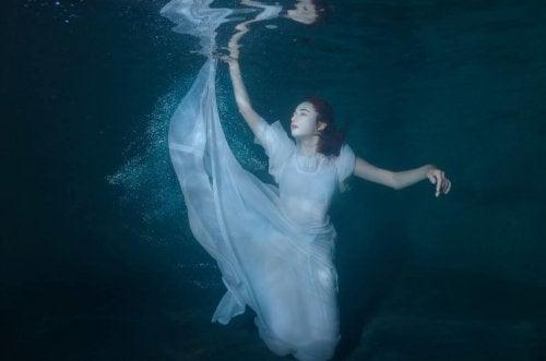 su altında kız