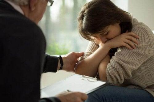 terapist ve üzgün kadın