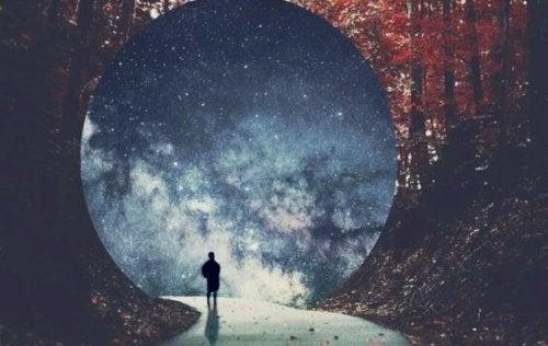 tünelin içinden yürüyen bir adam
