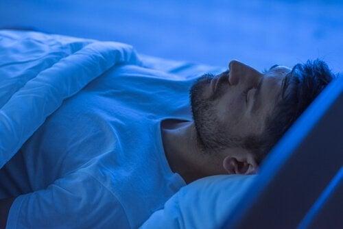 erkek yatakta uyuyor