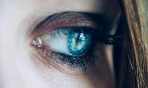 uzgun bakan mavi göz