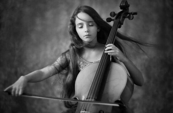 viyolonsel çalan kadın