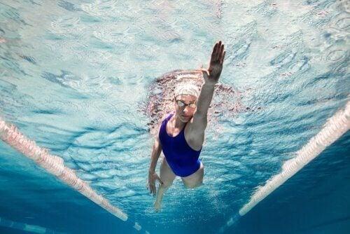 yüzücü kadın yüzmenin psikolojik faydaları