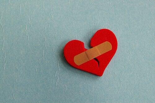 yara bandı yapıştırılmış kırık kalp