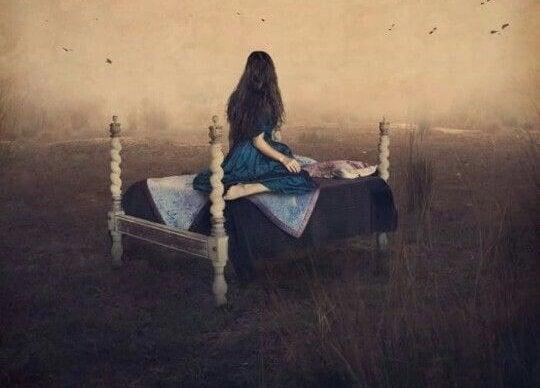 yatağında oturan kız