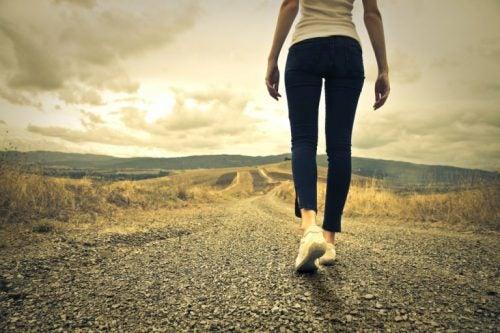 zekanızı güçlendirmek kadın yolda yürüyor