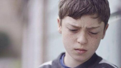 üzgü bir ifadeye sahip olan erkek çocuğu