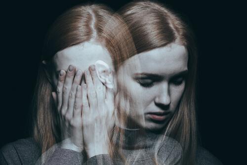 yüzünü eliyle kapamış üzgün kadın