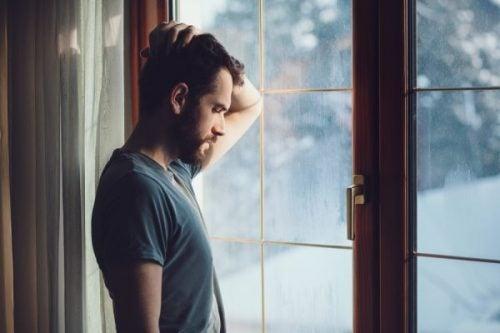 adam camda üzgün bakıyor