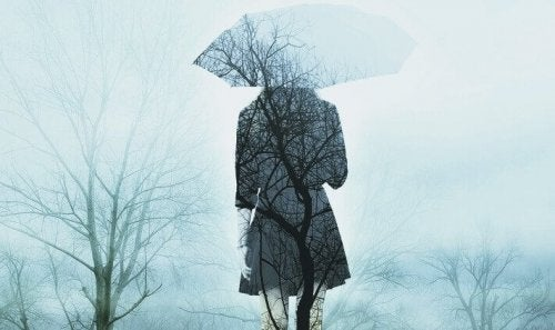 ağaçlar şemsiyeli kadın