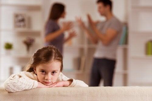 ailesi kavga eden kız çocuğu