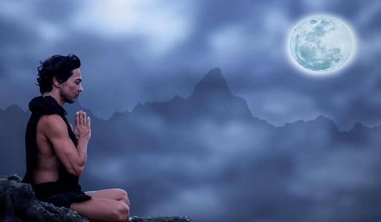 ayın altında meditasyon yapan adam