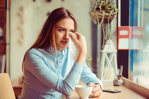 ayrılık acısı yaşayan kadın