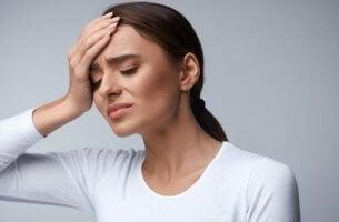 başı ağrıyan kadın