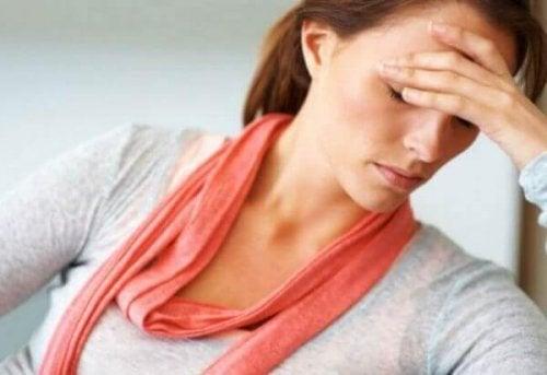 sıvı kaybı nedeniyle başı ağrıyan kadın