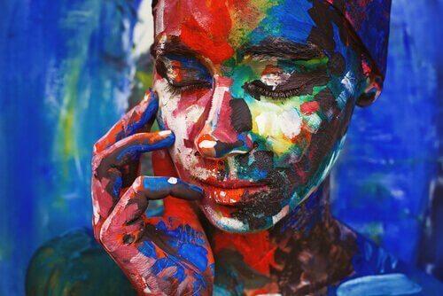 gözleri kapalı düşünen kadın portresi