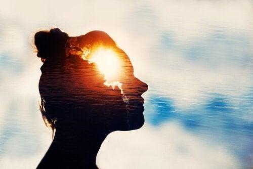 kafasında ışık olan kadın
