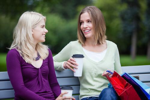 Birbiriyle sohbet eden iki yabancı