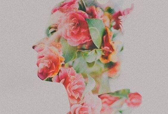 çiçeklerle yüzü kaplı kadın