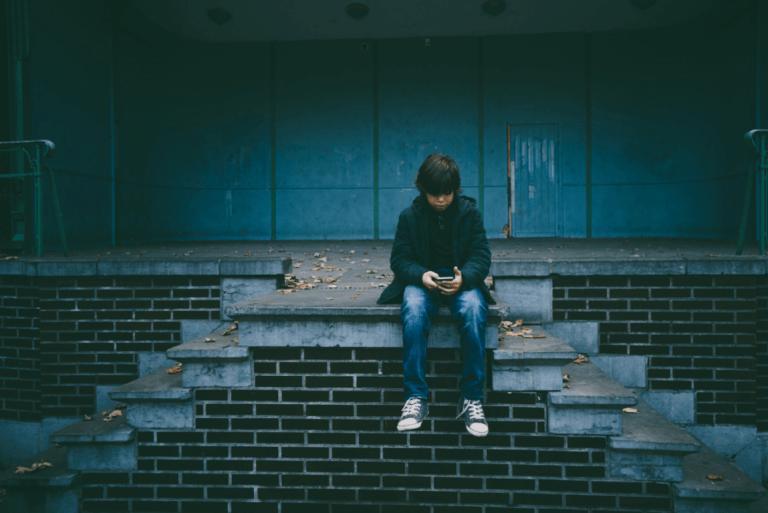 çocuk yalnız yalnız oturuyor