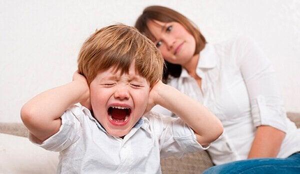 çocuk kulağını kapatmış bağırıyor